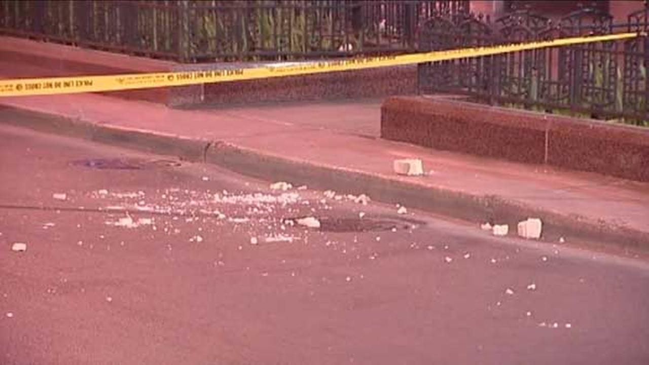 Falling bricks close SB State Street between Adams, Jackson in Loop