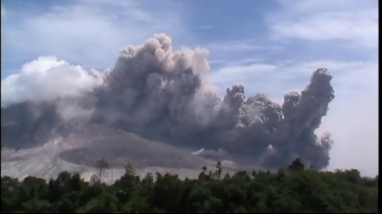 Indonesian volcano spews avalanche of ash
