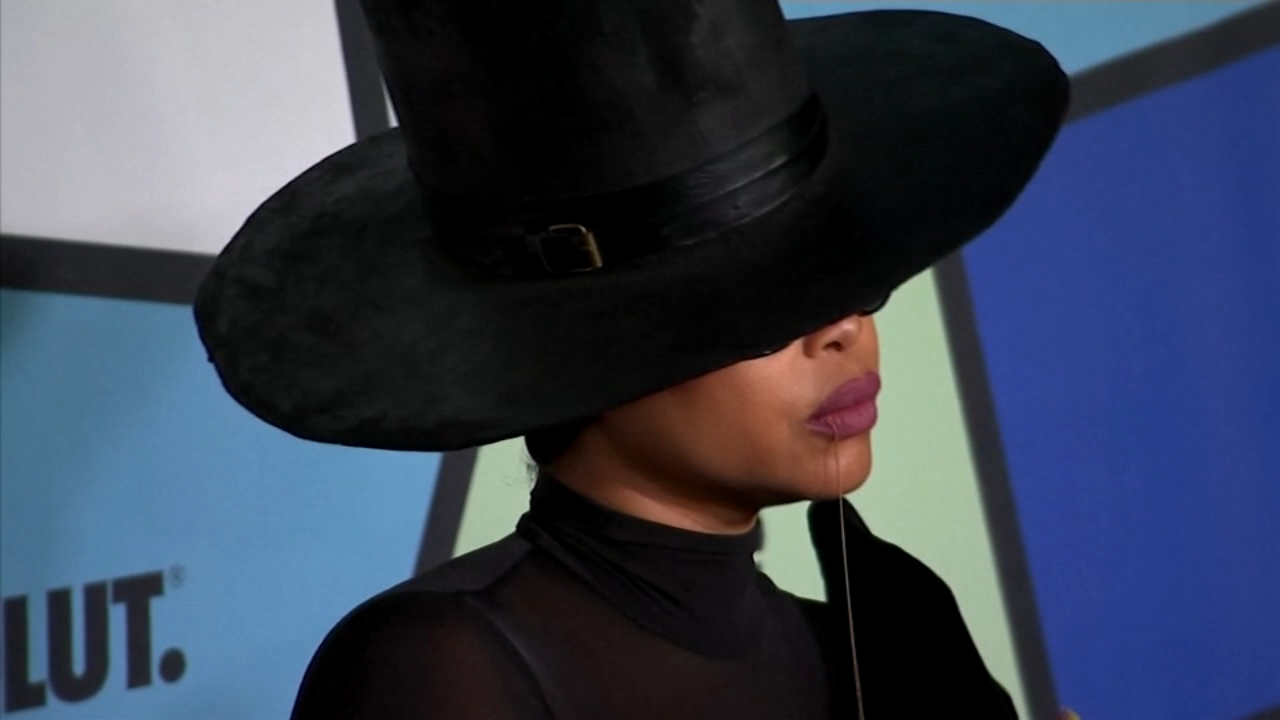 Singer Erykah Badu was reportedly booed at her concert in Chicago over the weekend, when she said shes praying for R. Kelly.