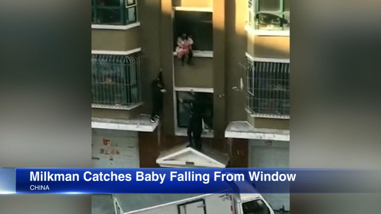 A milkman in China caught a baby as its mother attempted to escape a fire.