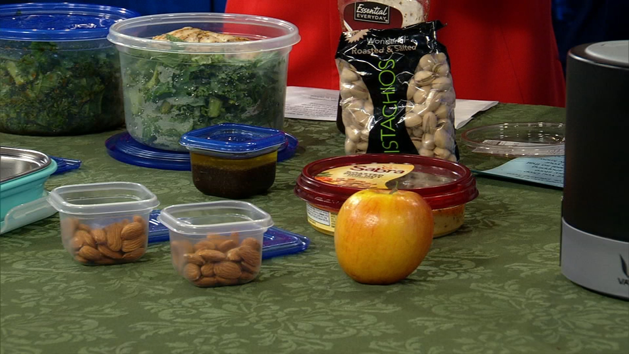 Weight loss and wellness coach Stephanie Mansour is back with five ways to maintain health eating habits for lunch.