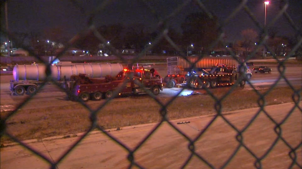 Three people were injued in a crash in the inbounc lanes of the Dan Ryan Expressway Monday morning involving a semi-trailer and a tanker.