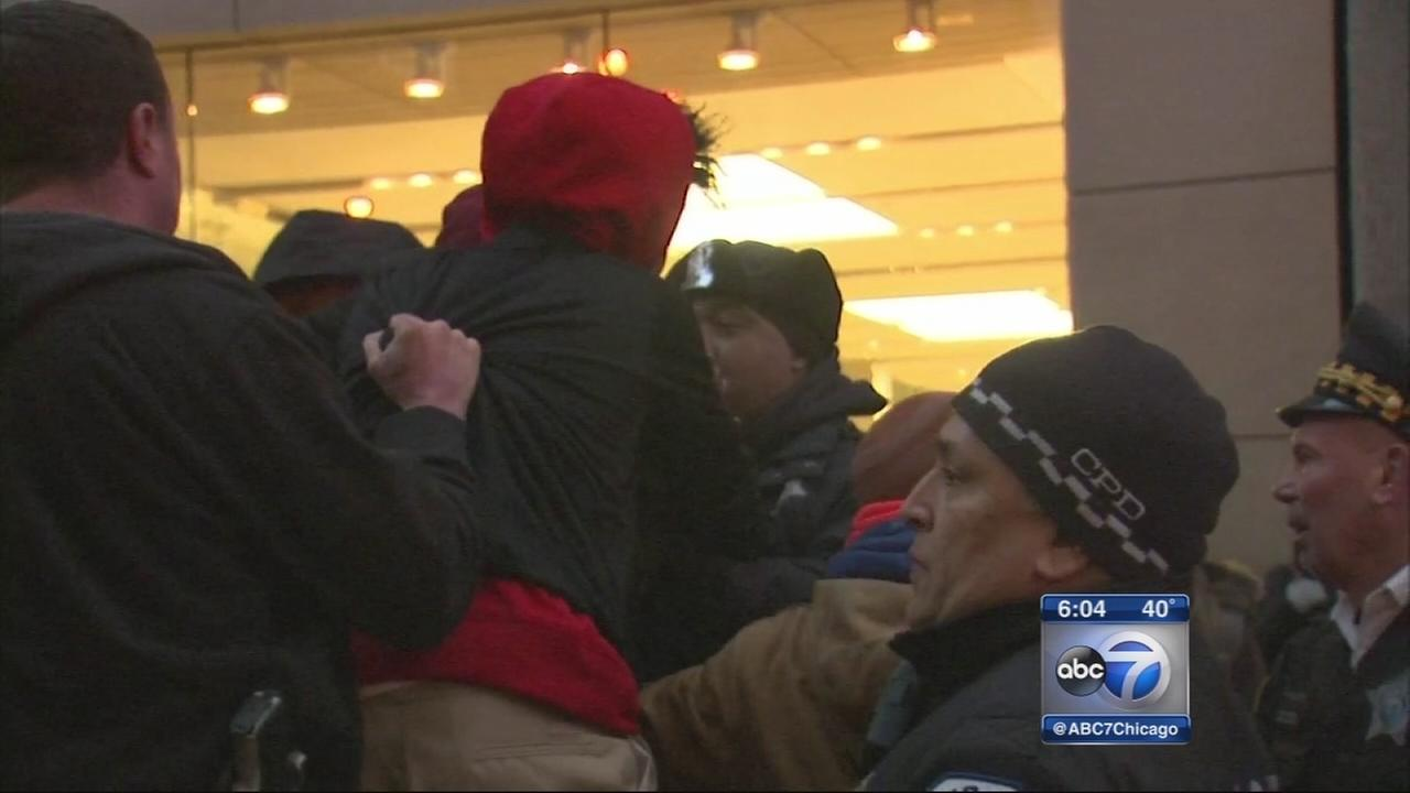 Protesters outside Apple store call for Rahms resignation