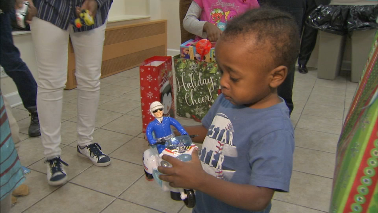 Chicago Police Superintendent Eddie Johnson surprised a domestic abuse survivor and her family to some holiday cheer Thursday.