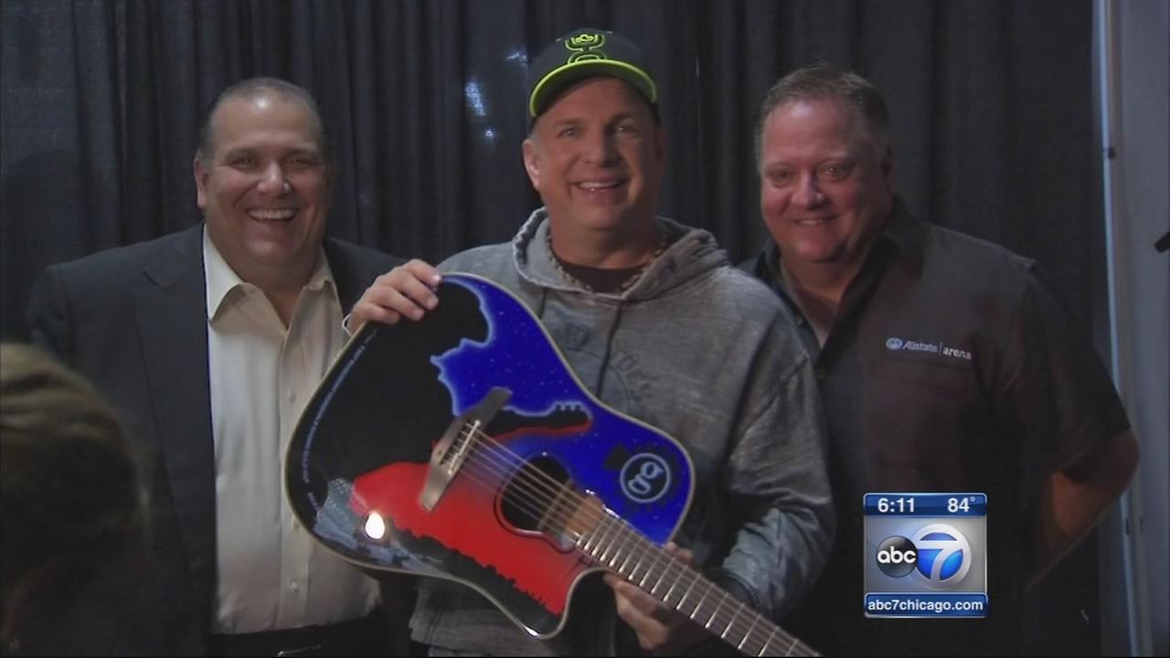 Garth Brooks kicks off world tour at Allstate Arena