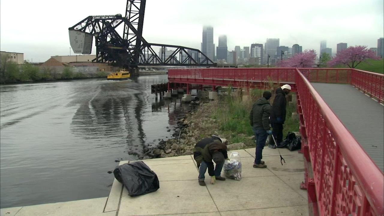 Volunteers clean up Chicago River