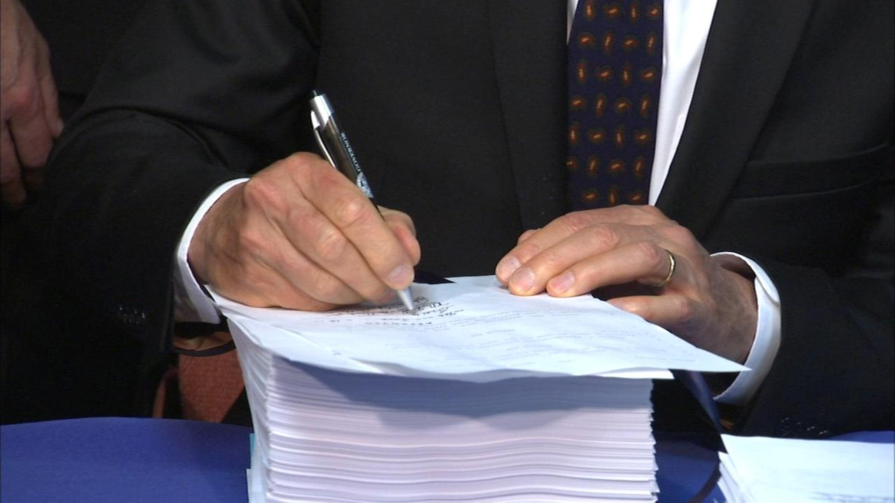Gov. Rauner signs Illinois budget bill