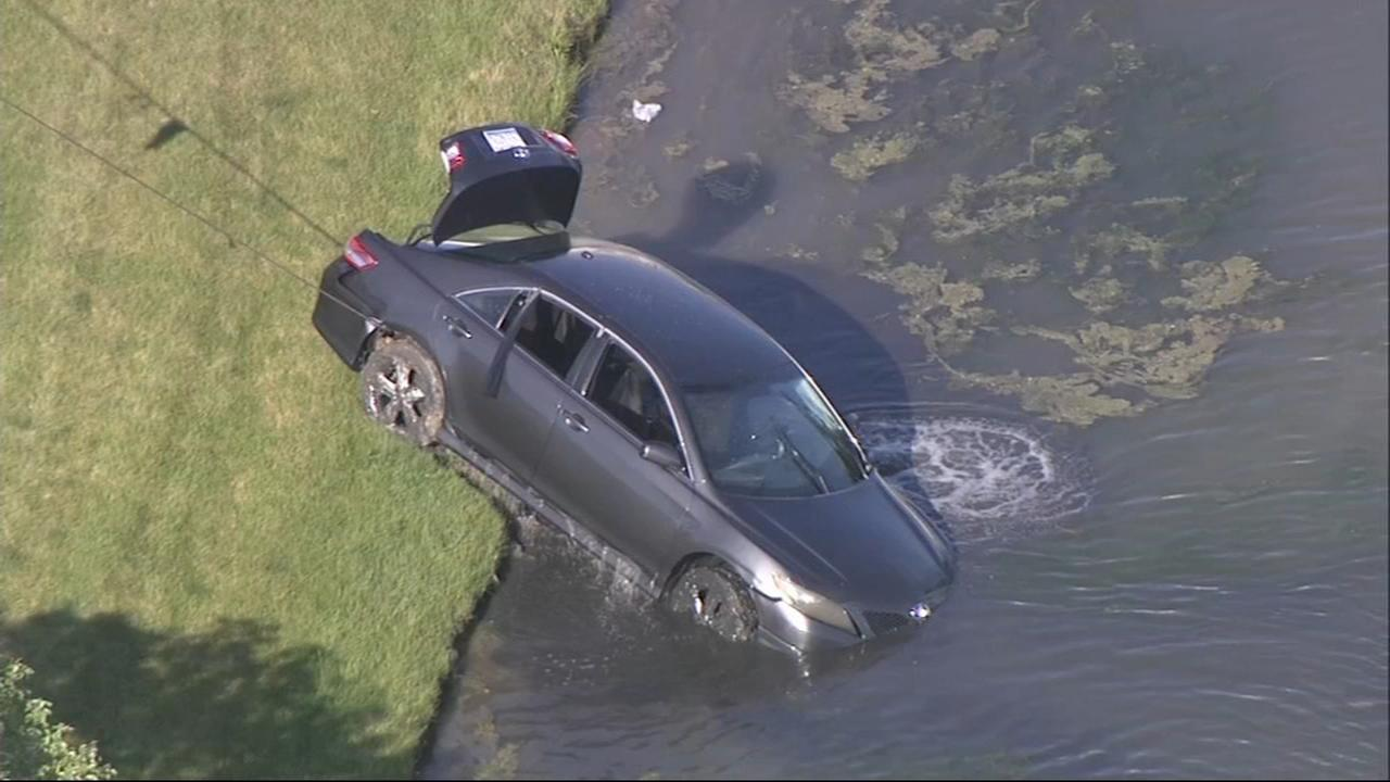 Man dies after car goes into retention pond in Libertyville