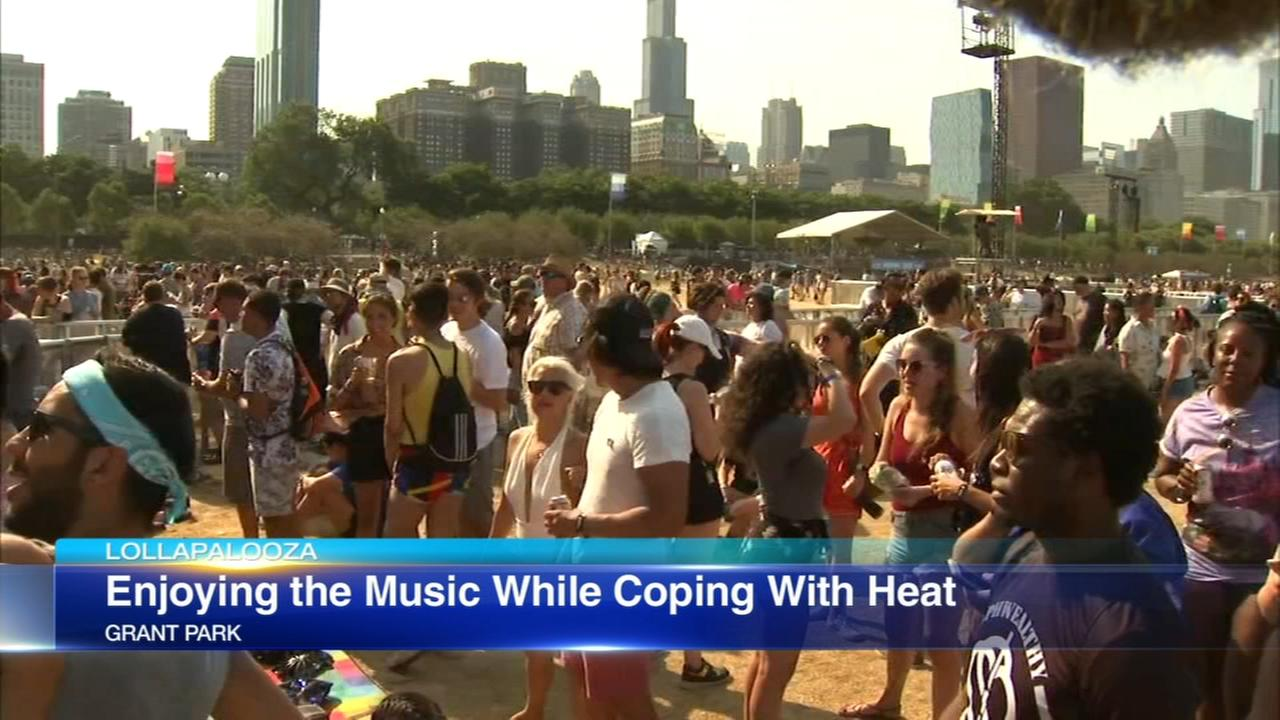 Music fans cope with hot weather at Lollapalooza