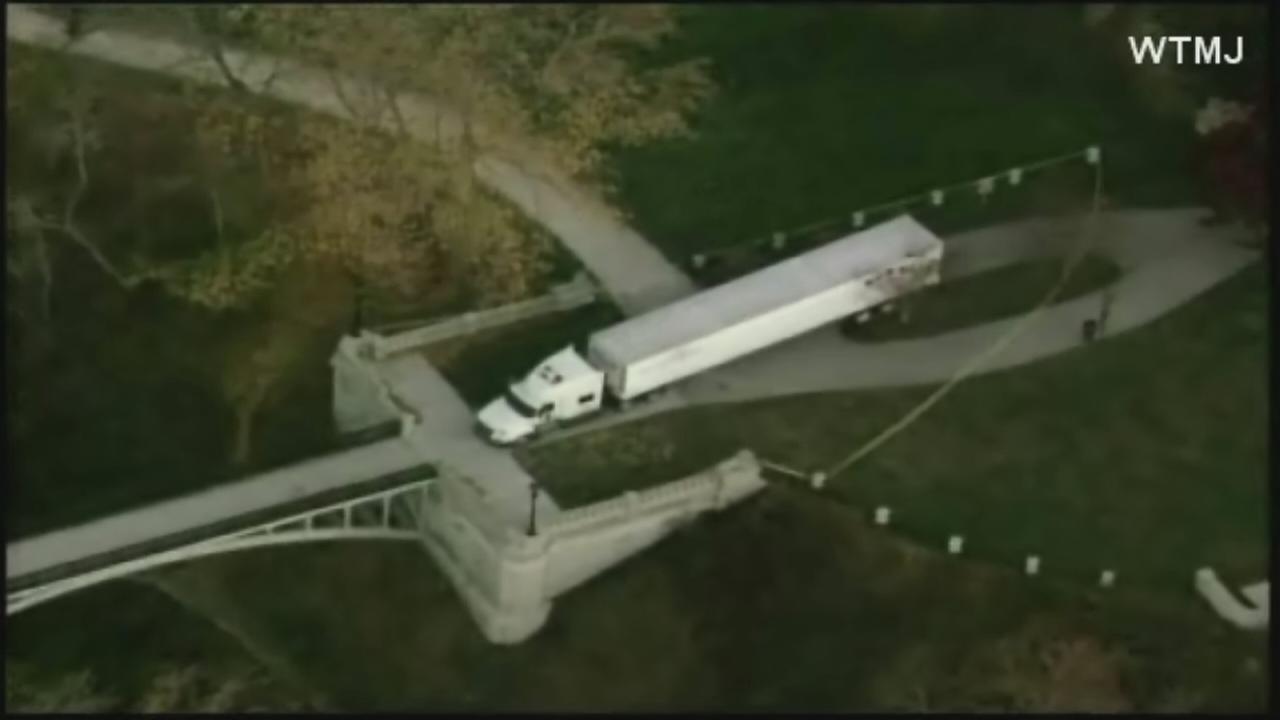 Man drives semi over 2 pedestrian bridges, gets stuck, blames GPS