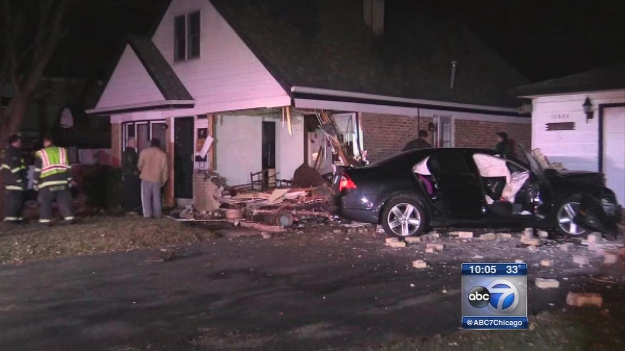 Car crashes into house in Chicago Ridge