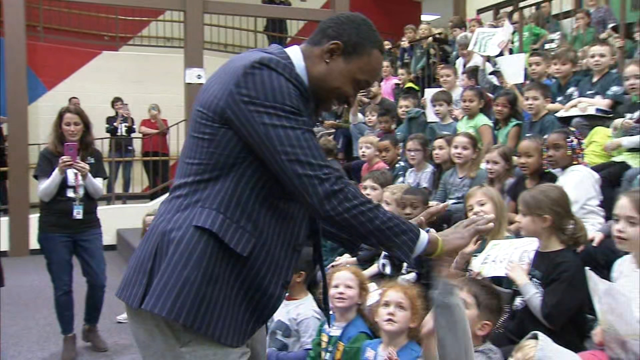 Alshon Jeffery visits elementary school: Jamie Apody reports on Action News at 6 p.m., January 17, 2019