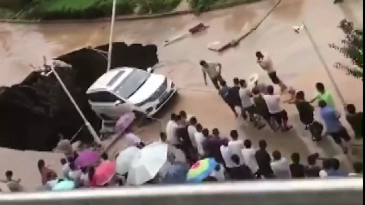 Vehicle narrowly escapes massive sinkhole in China. Tamala Edwards reports during Action News Mornings on August 13, 2018.