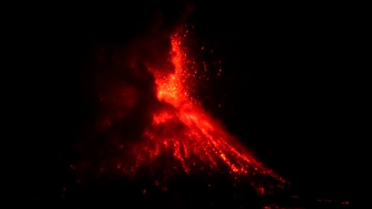 VIDEO: Indonesian volcano spews enormous fireballs. Nydia Han reports during Action News at 6 a.m. on September 23, 2018.