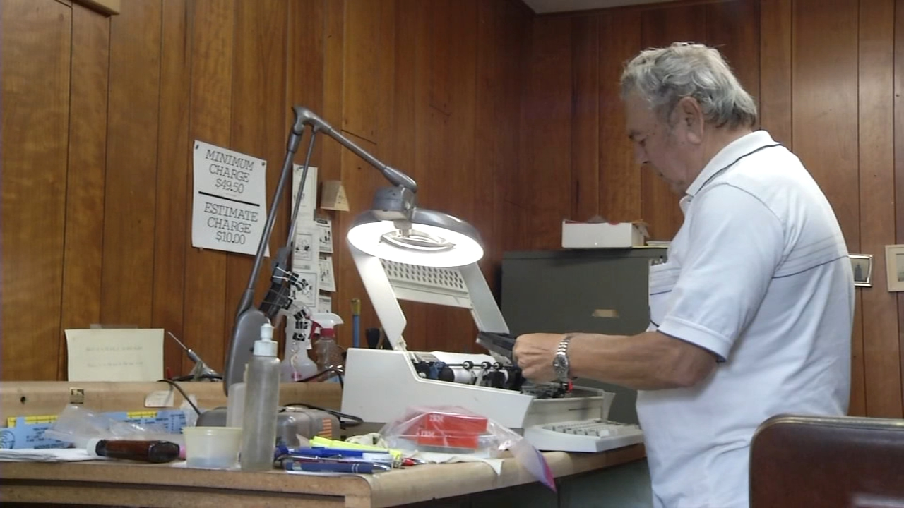 Last typewriter repairman in Wilmington, puts hold on retirement. Alicia Vitarelli reports during Action News at 4 p.m. on September 28, 2018.