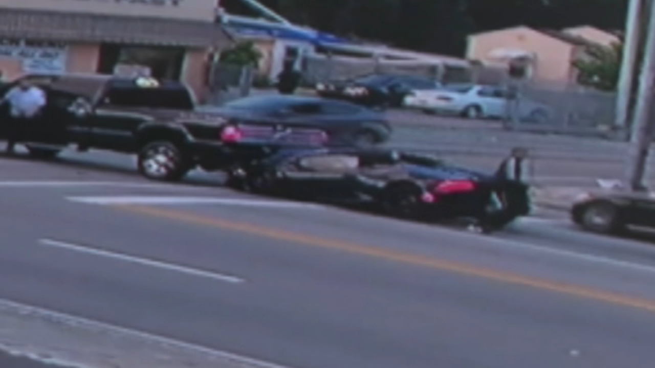 Bizarre crash sees Lamborghini driver flee on foot before speeding off in another car. Nydia Han reports during Action News at 9 a.m. on October 7, 2018.
