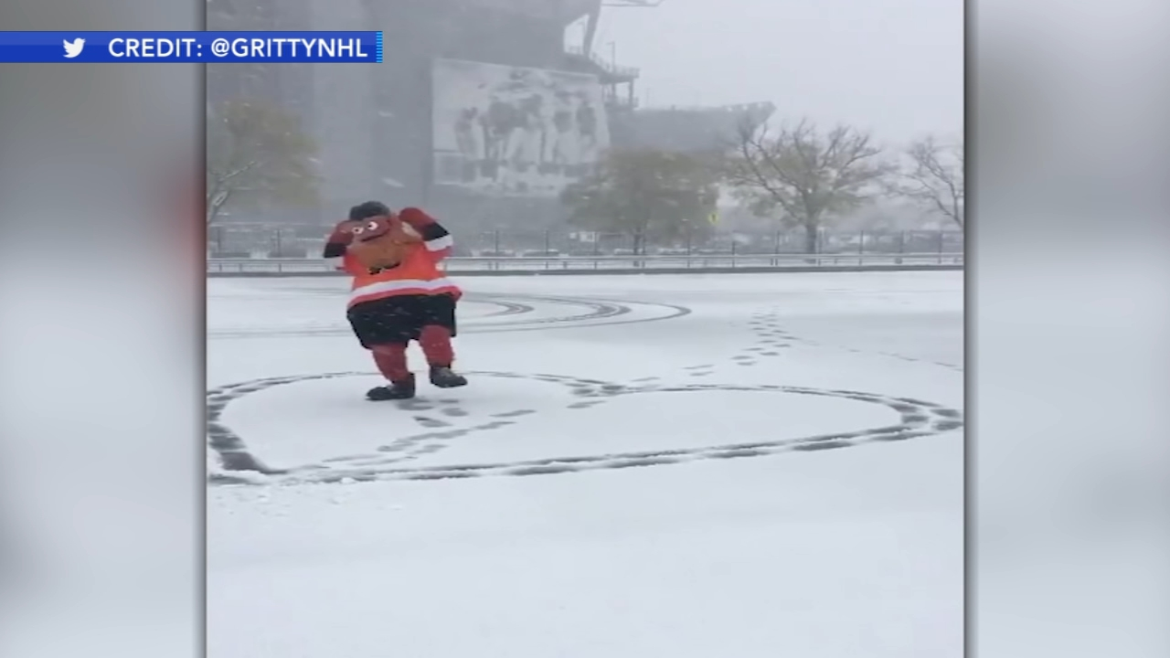 Video shows Gritty enjoying his first snowfall. Gray Hall reports during Action News at 10 a.m. on November 18, 2018.