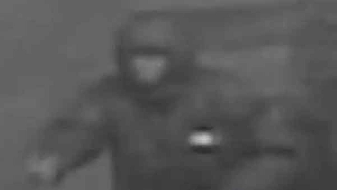 Philadelphia police are looking for the man who attacked a pizza shop worker and tried to rob him in the citys Kingsessing section.