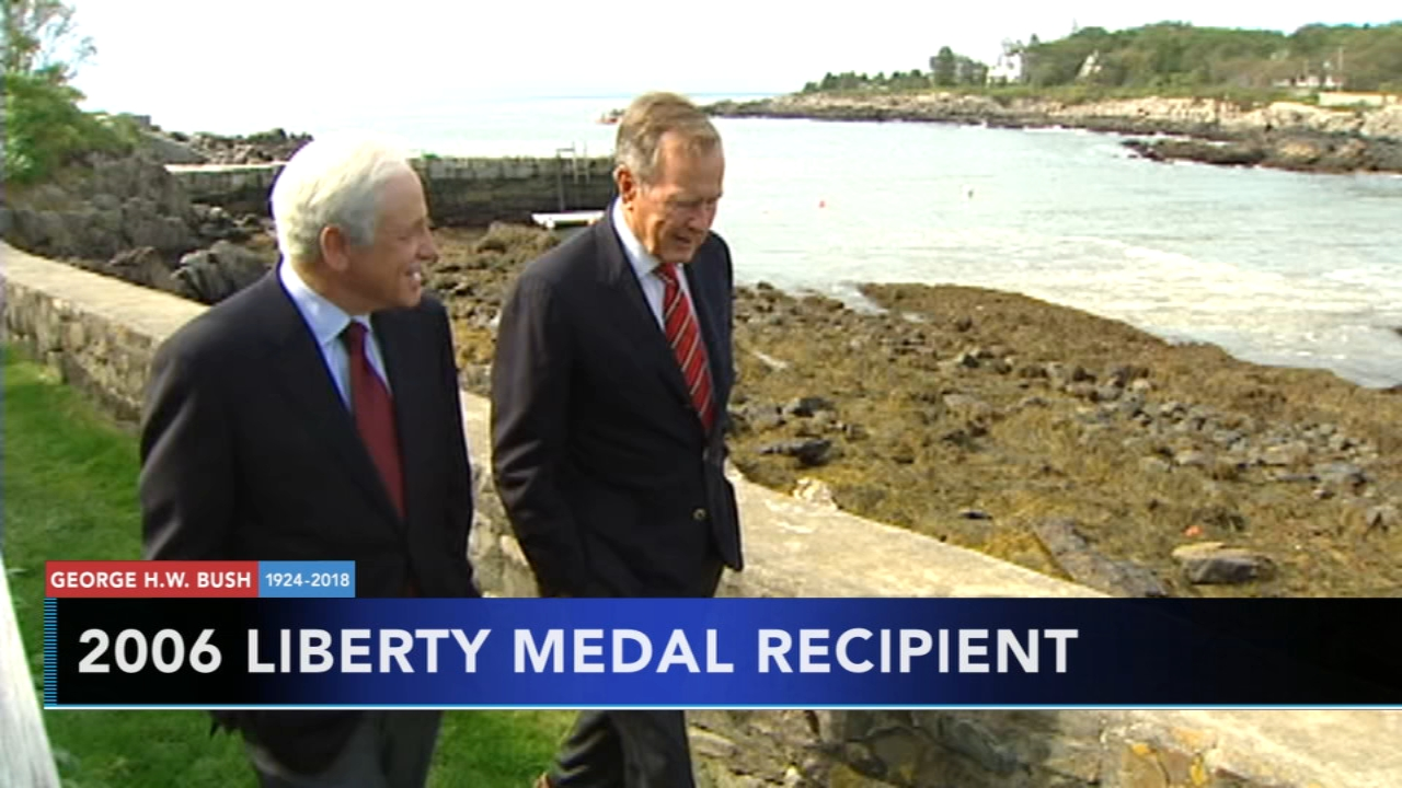 Jim Gardner speaks with President George H.W. Bush prior to 2006 Liberty Medal.