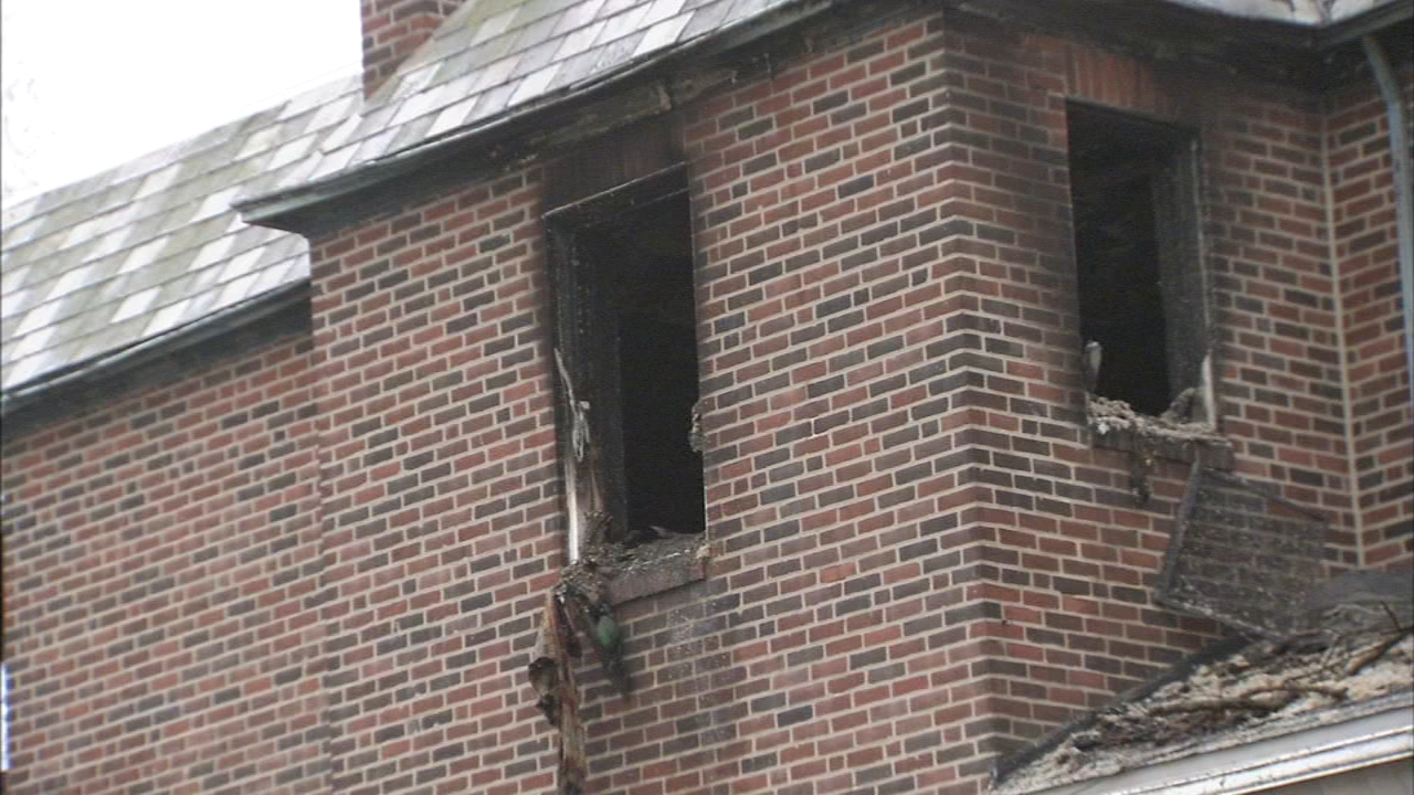 5 injured, including 4 police officers in Fern Rock house fire. Walter Perez reports during Action News at 7 p.m. on December 15, 2018.