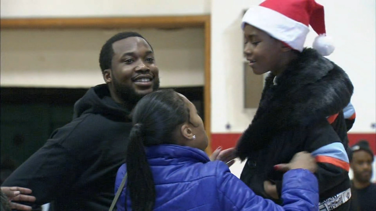 Meek Mill surprises 3,000 kids with gifts. Gray Hall reports during Action News at 5 p.m. on December 24, 2018.