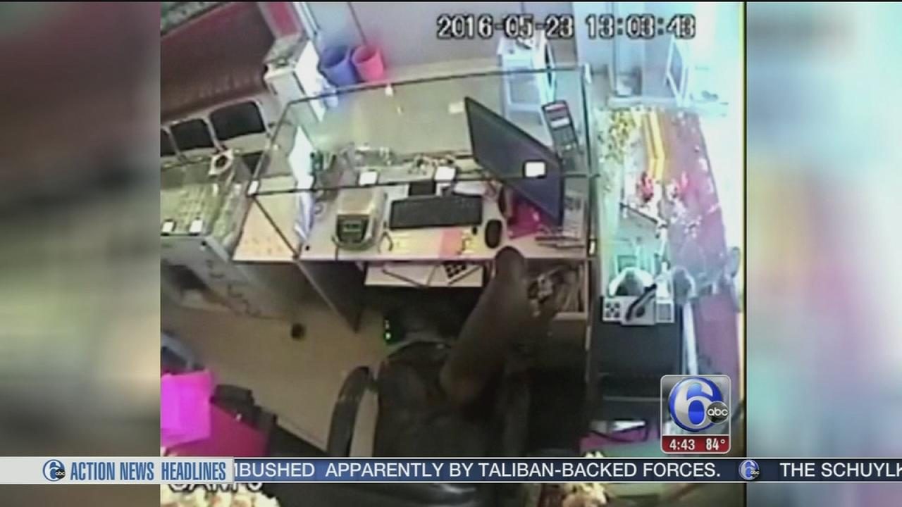 VIDEO: Monkey steals money from jewelry store in India