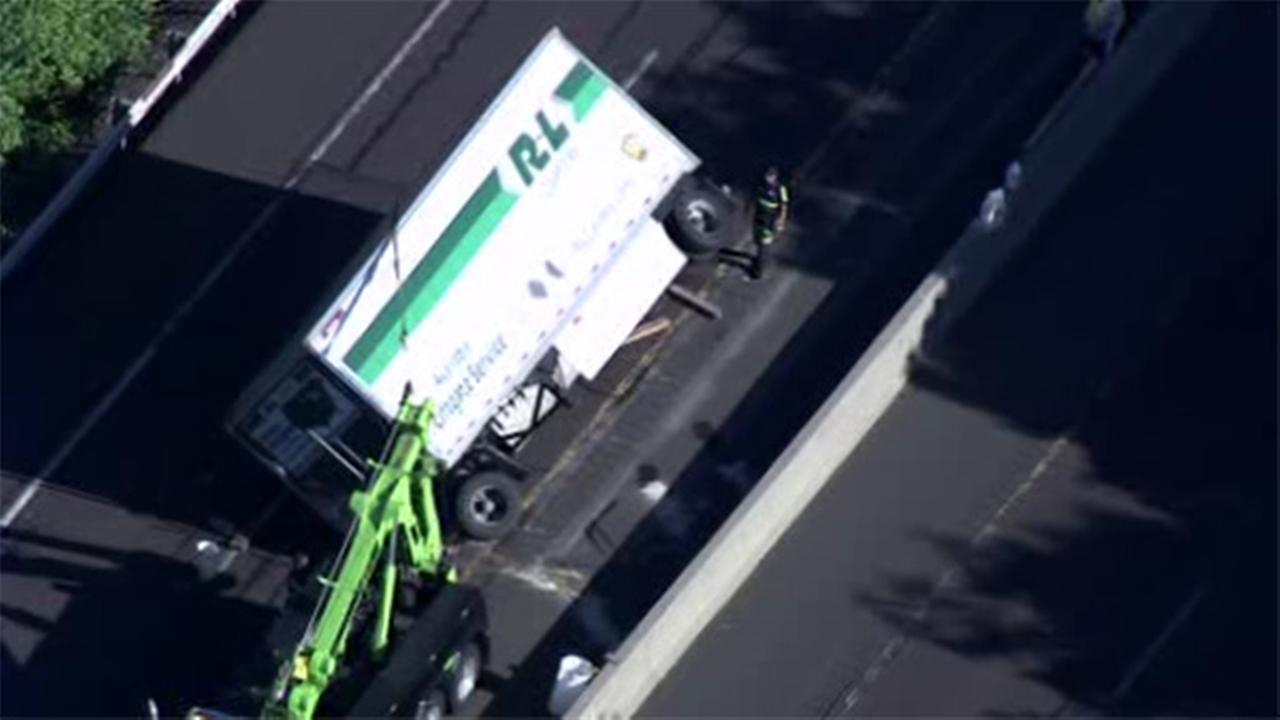 Truck overturns blocking lanes on Route 309 in Bucks Co.