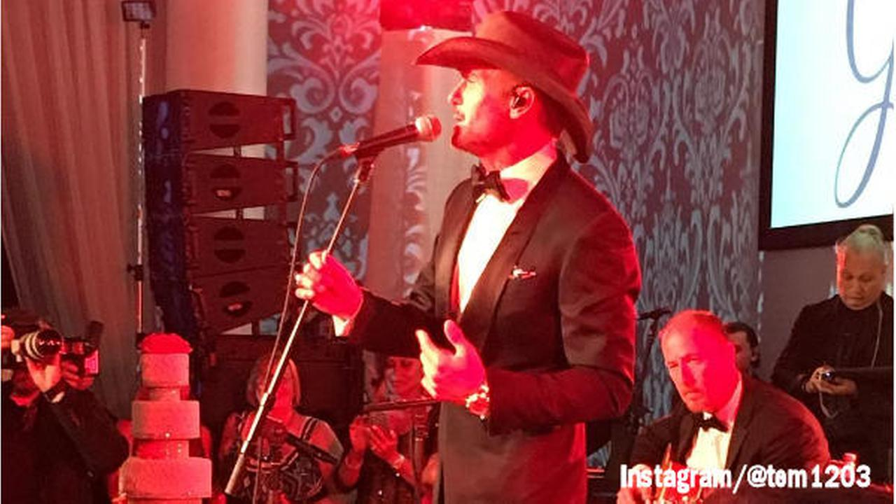 Tim McGraw surprises bride and groom during reception