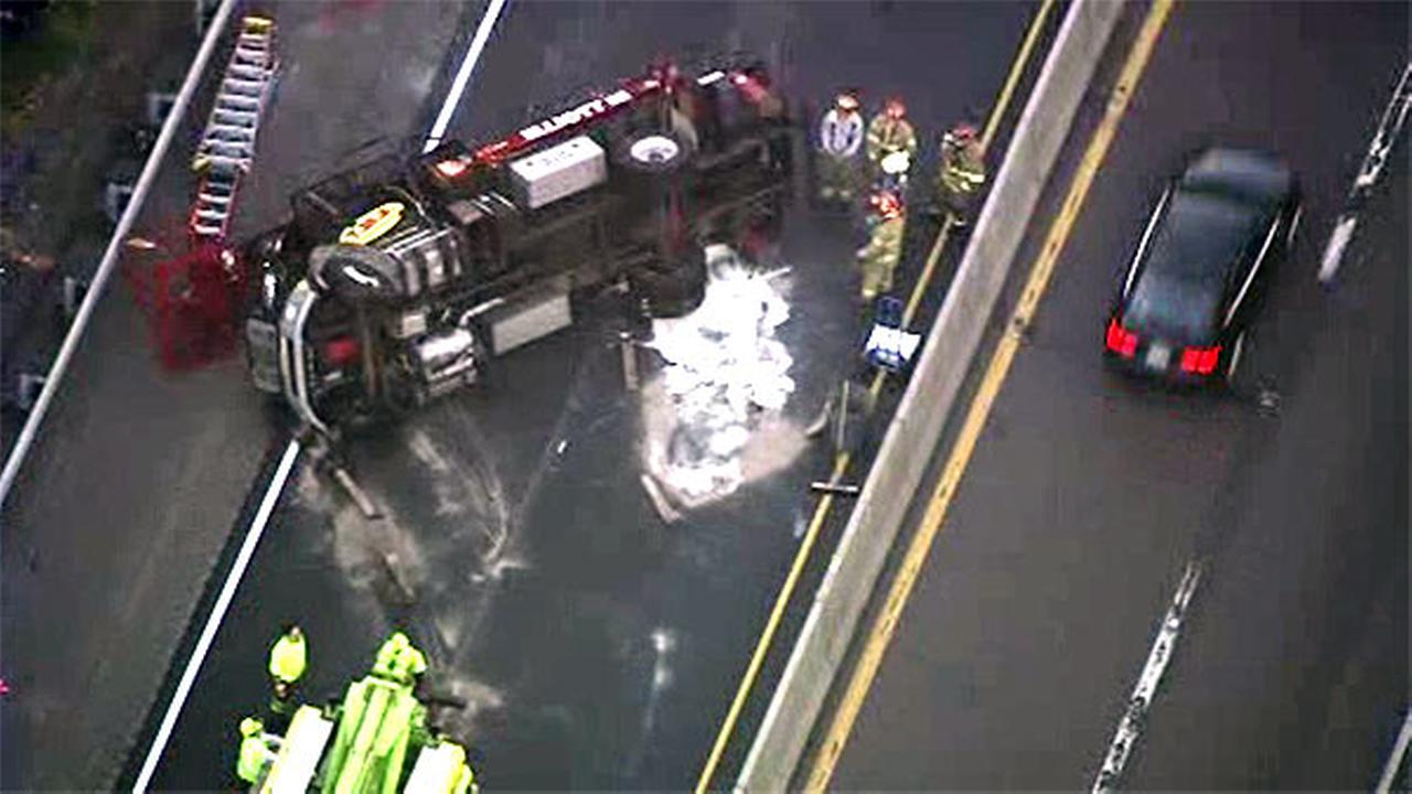 1 lane reopens after rollover truck crash on NB Pa. Turnpike Northeast Extension (I-476)