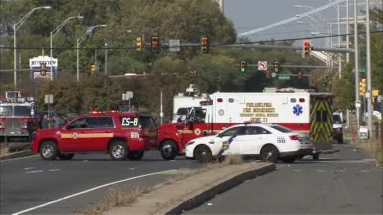 Vehicle strikes building in South Philly; gas leak clear