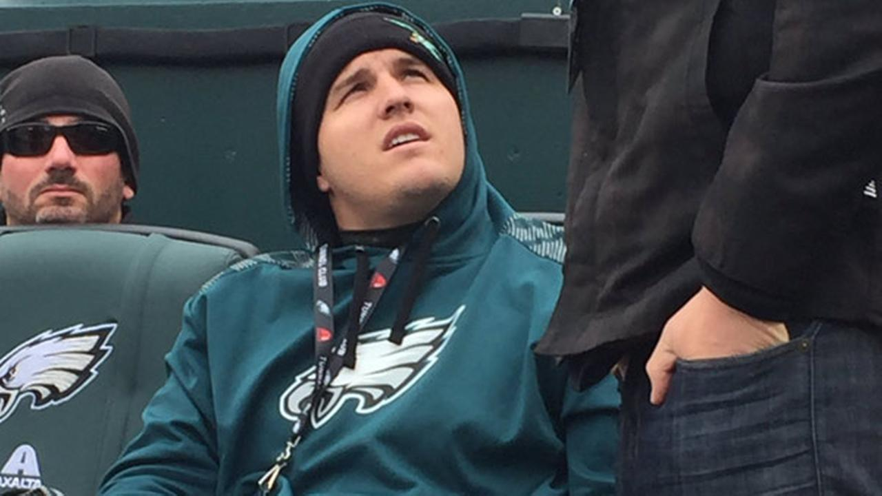 Year before wedding, Mike Trout loving the cold at Eagles game