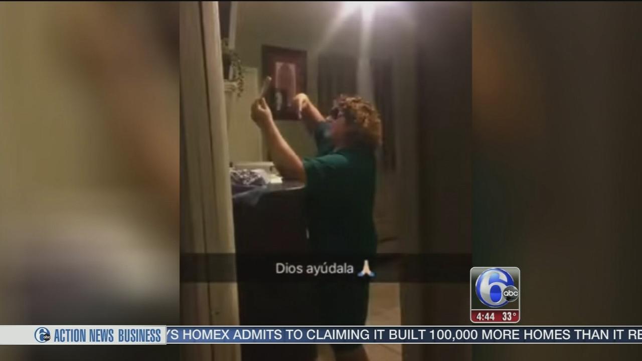 Moms secret peace sign selfie goes viral