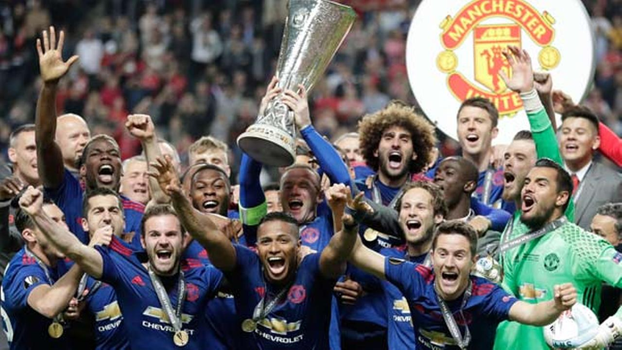 Manchesters Wayne Rooney lifts the trophy after winning 2-0 in the soccer Europa League final between Ajax Amsterdam and Manchester United.