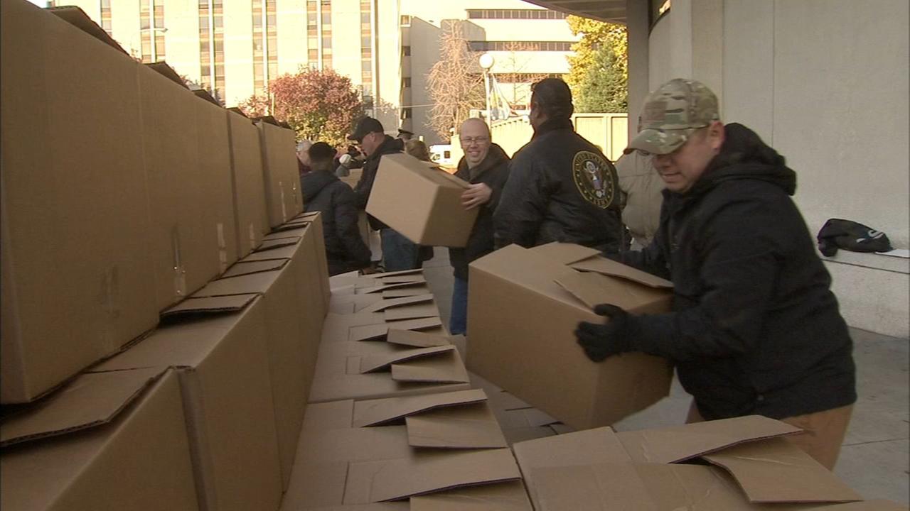 Philadelphia police pack Thanksgiving meals for community