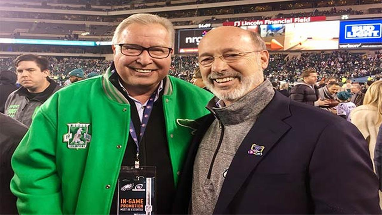 Gov. Tom Wolf poses with Ron Jaworski in a picture tweeted from the Eagles game Sunday night.