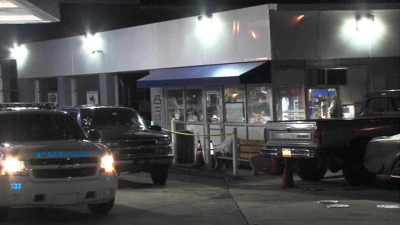 Police: Clerk shot during attempted robbery at Andorra gas station