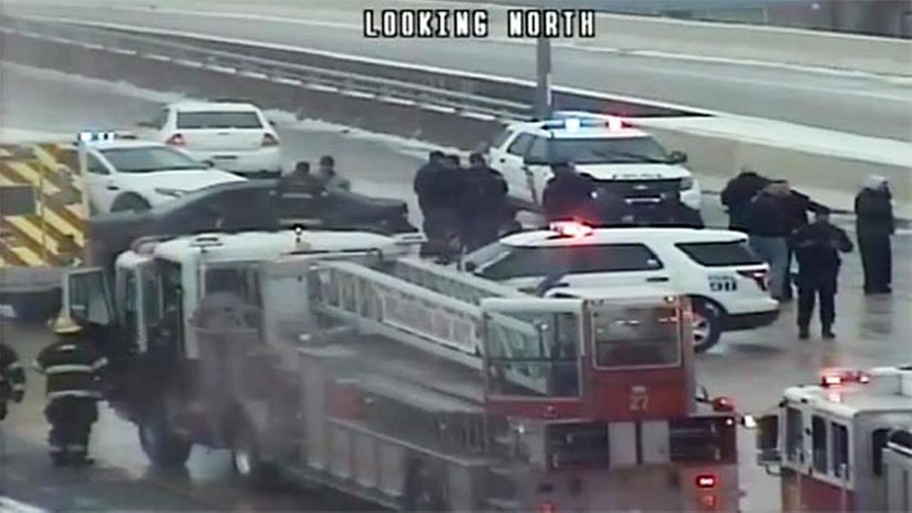 2 police officers taken to hospital after crash on I-95