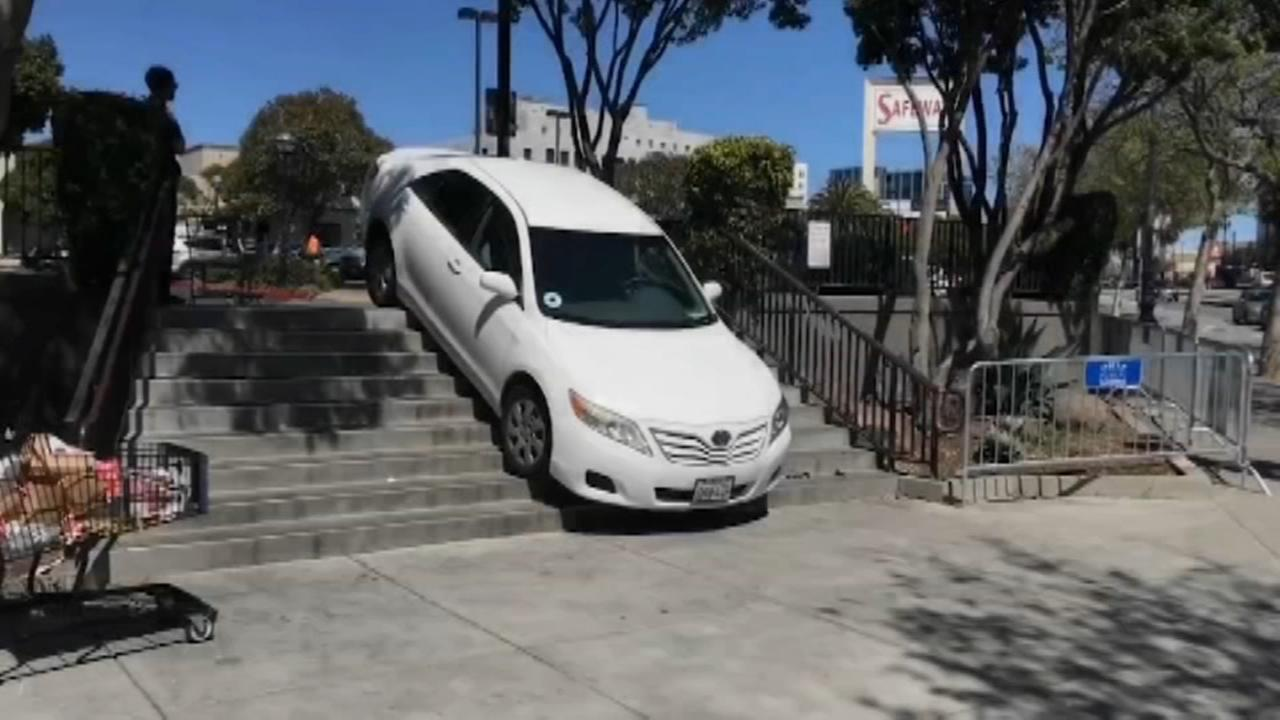 Uber driver gets stuck on the steps