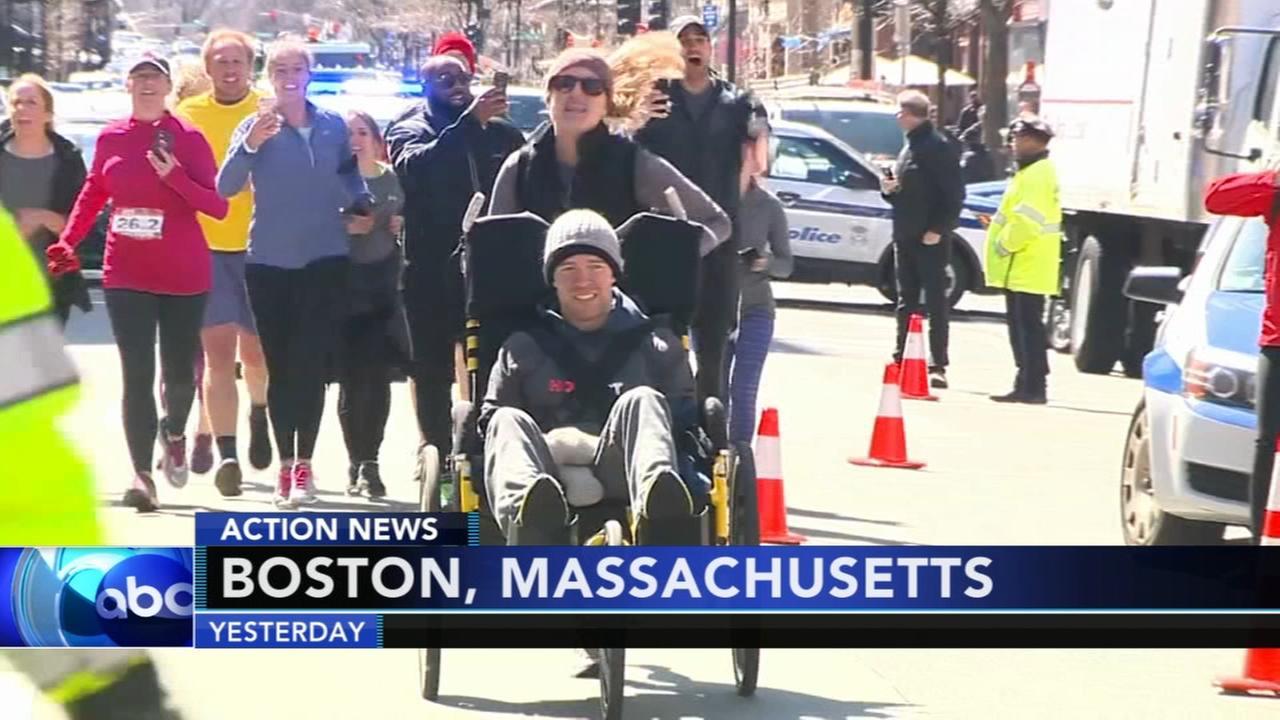 Woman pushes paralyzed boyfriend along marathon route