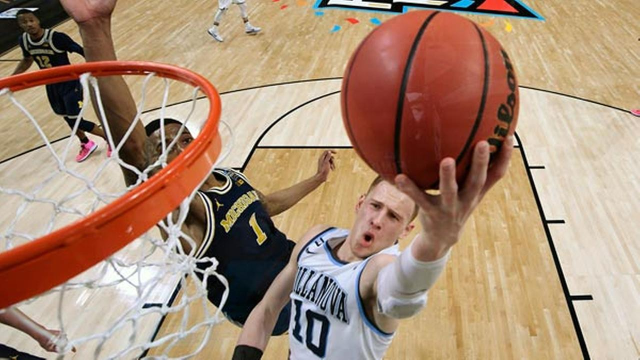 Villanovas Donte DiVincenzo (10) goes up for a shot past Michigans Charles Matthews (1) during the second half in the championship game.