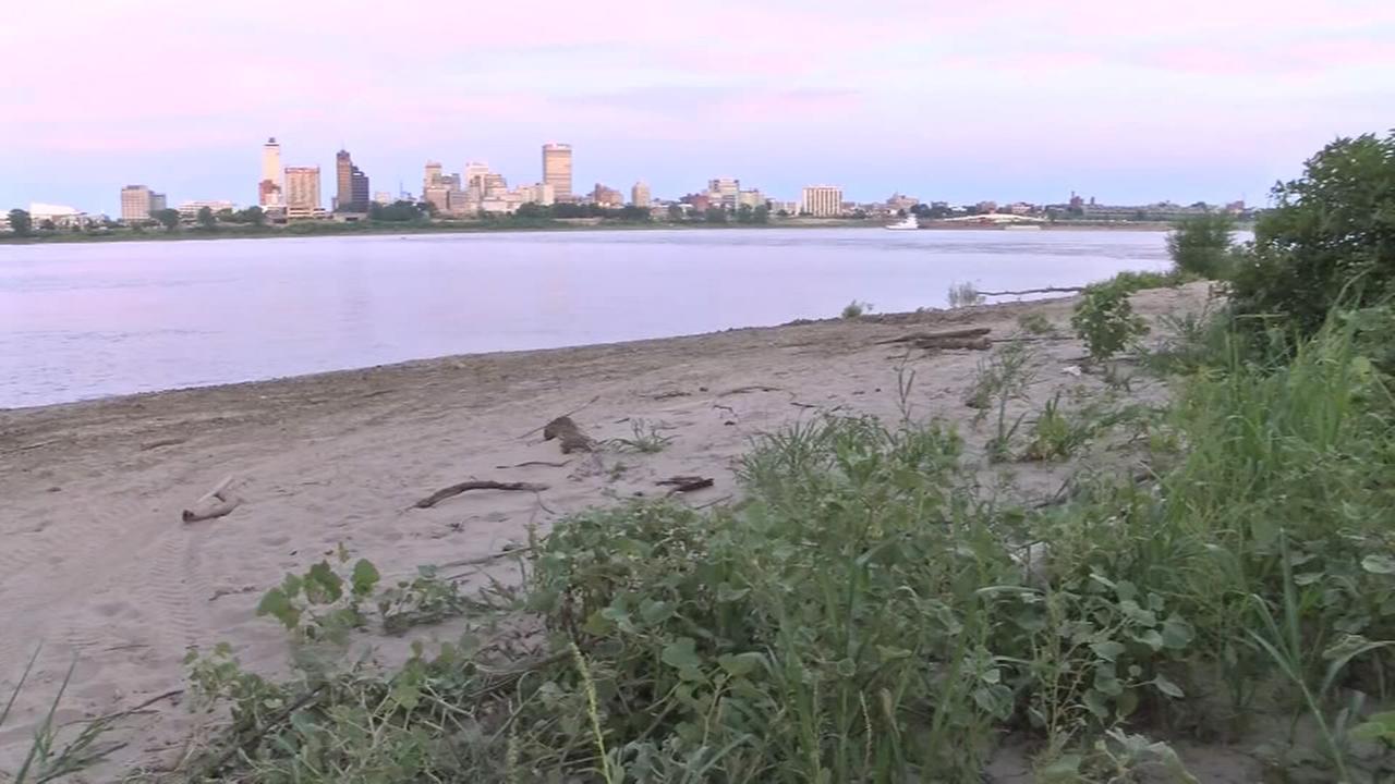 Mother, 2 children die after car drives into Mississippi River