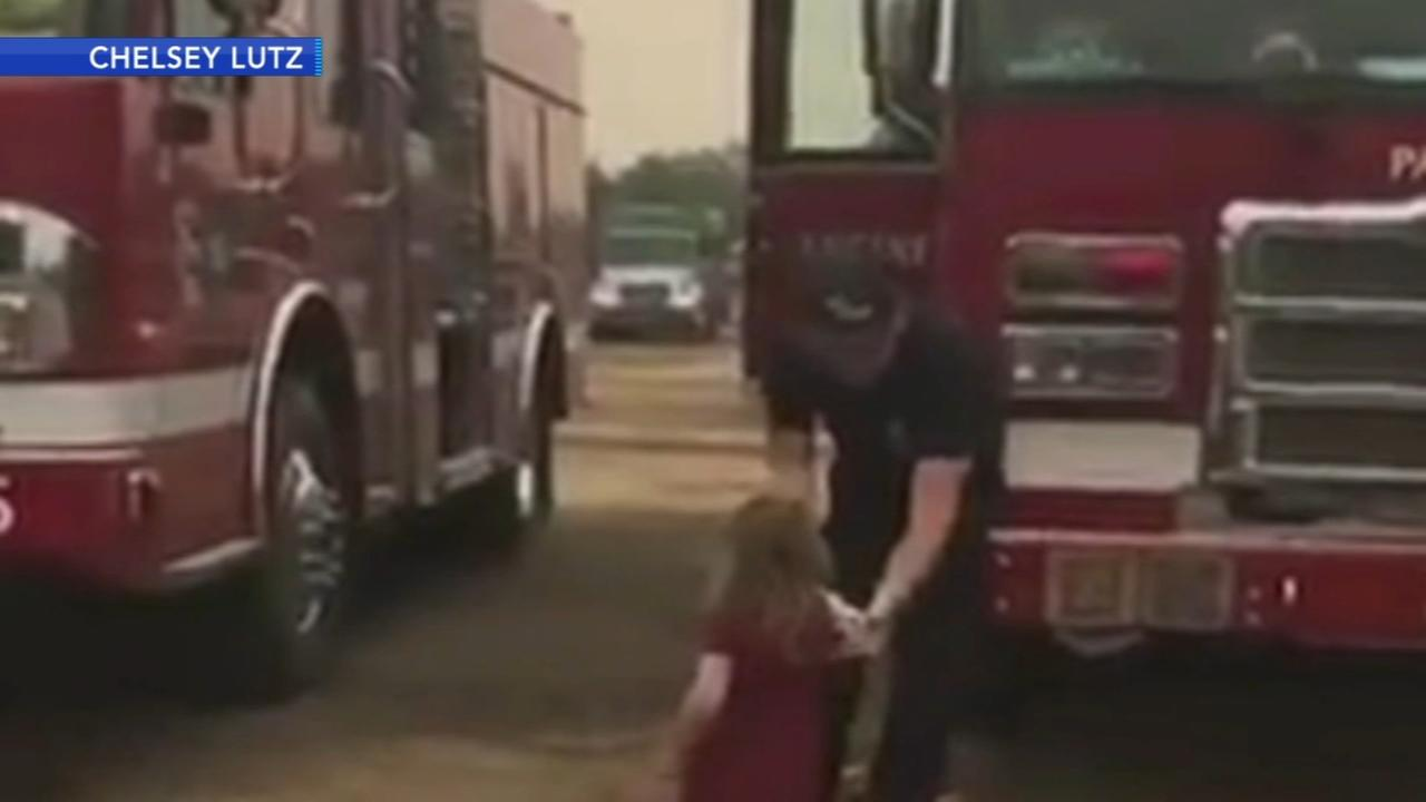 2-year-old hands out food to firefighters