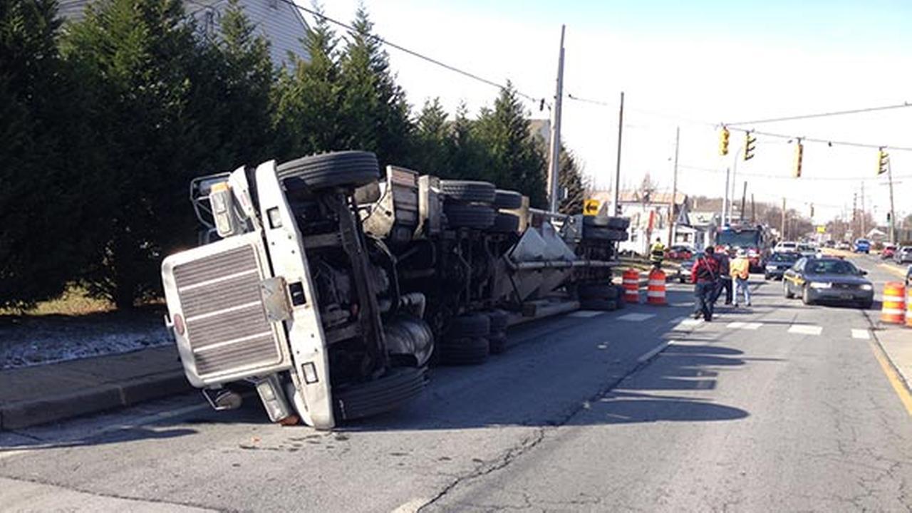 Tractor trailer overturns in Belvedere, Del.