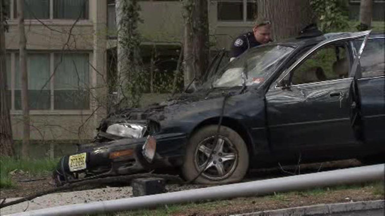 Car slams into light pole in Wynnewood