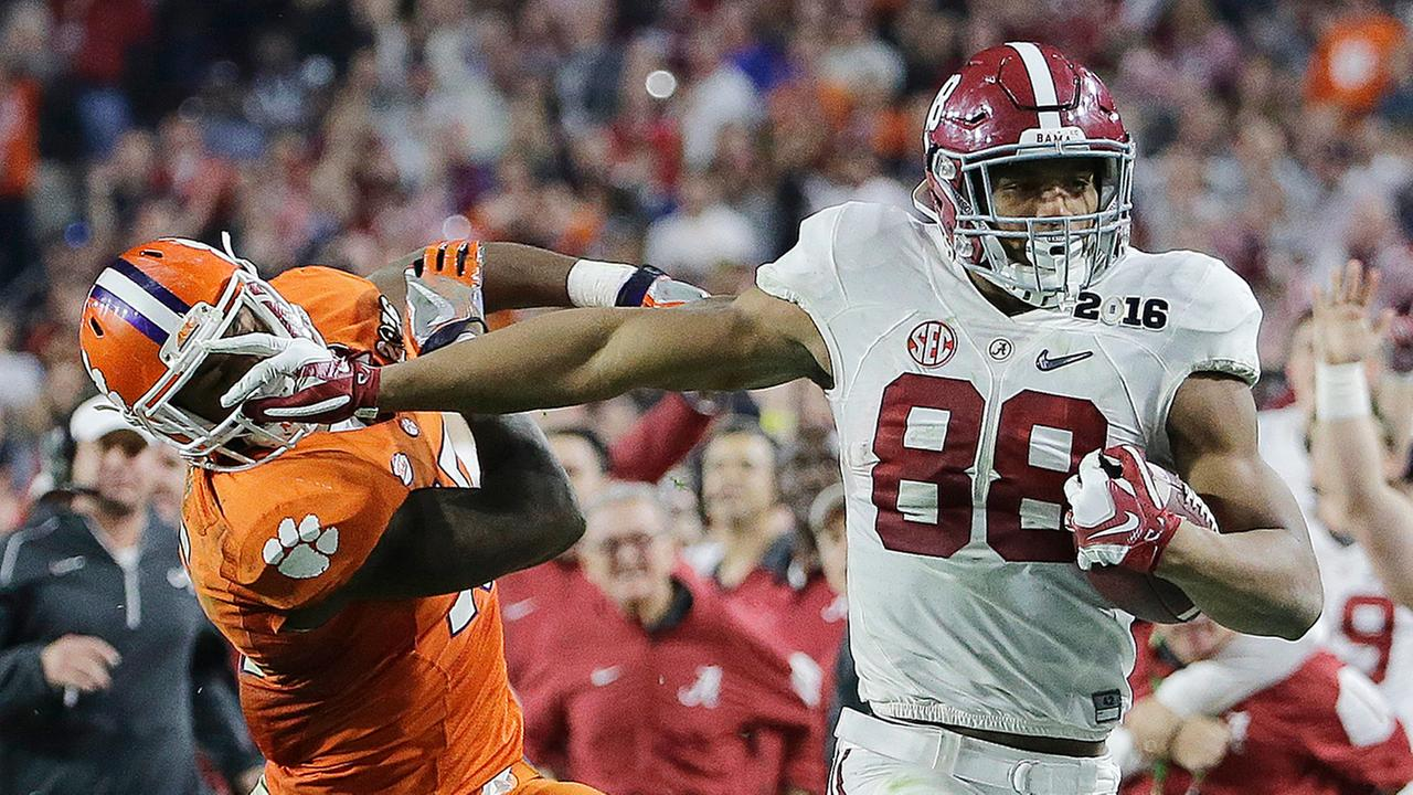 Alabamas O.J. Howard tries to get past Clemsons T.J. Green after a catch during the second half Monday in Glendale, Ariz.