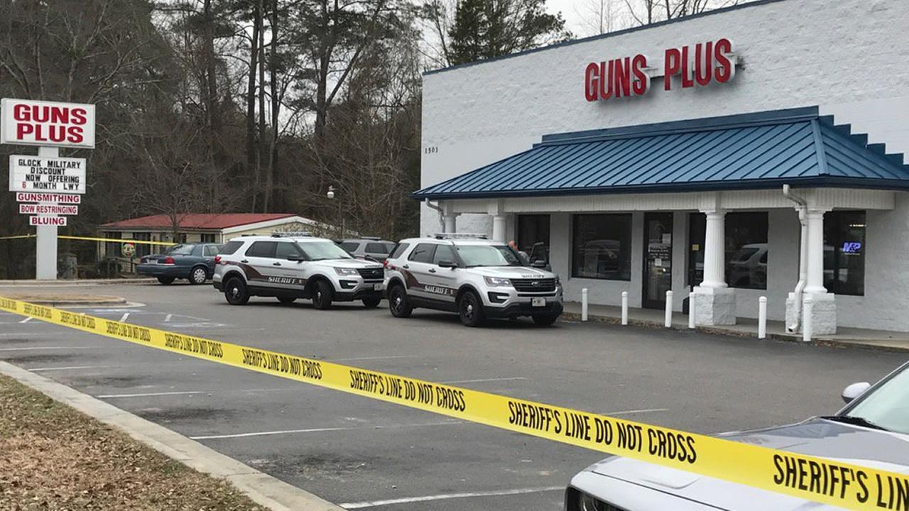 Sheriffs deputies at the scene (WTVD photo/Lou Guilette)