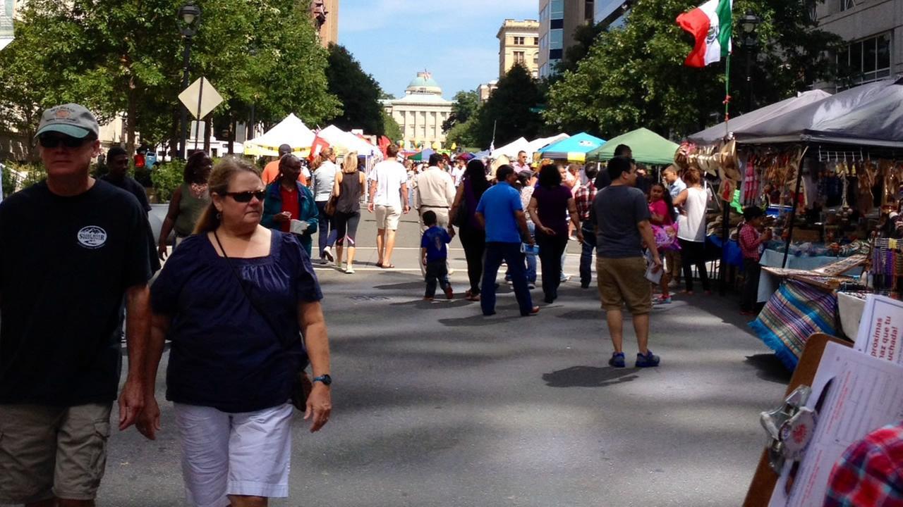 La Fiesta del Pueblo crowds