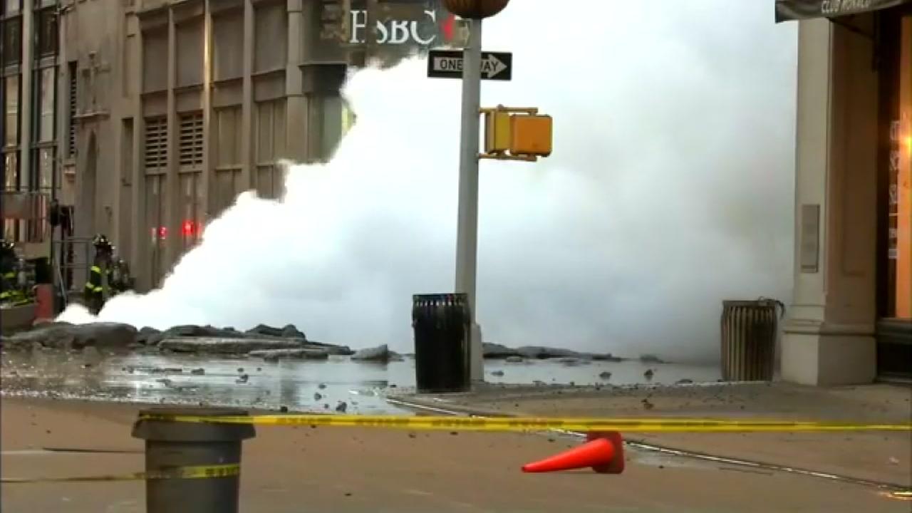 Steam pipe exploses in Manhattan