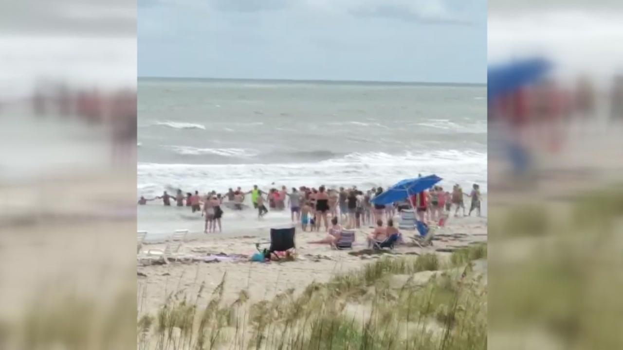 Beachgoers forms human chain to save drowning victim