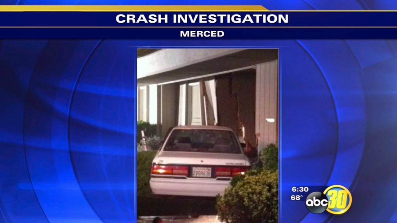 Car crashes into building in Merced